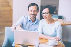 Positive Kollegen, die im Café sitzen Stockfotos