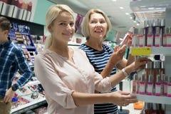 Positive Kunden, die Schönheitsbehandlung im lokalen supermarke wählen Lizenzfreie Stockfotos