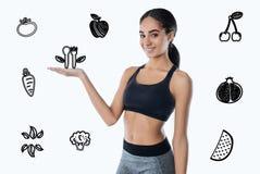 Positive lächelnde Frau beim Wählen des frischen Obst und Gemüse Lizenzfreies Stockbild