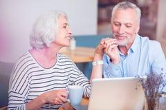 Positive liebevolle ältere Paare, die im Café stillstehen lizenzfreie stockfotografie