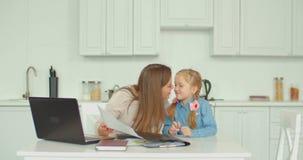 Positive Mutter, die Rechnungen mit Tochter berechnet stock video