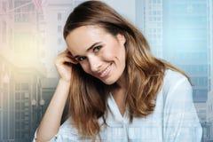 Positive nette Frau, die ihr Haar hält Stockbilder