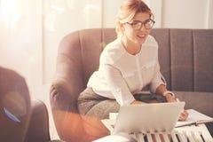 Positive nette Geschäftsfrau, die ihren Tag plant Lizenzfreie Stockfotos