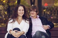 Positive Paare auf der Bank lizenzfreie stockbilder