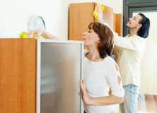 Positive Paare, die hölzernes furiture abwischen Stockfoto