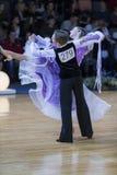 Positive Tanz-Paare dem Programm an des europäischen Standard-Youth-2 über Alliance-Trophäe Lizenzfreies Stockfoto