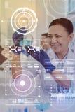 Positive wissenschaftliche lächelnde Arbeitskraft beim Betrachten der Flüssigkeit lizenzfreies stockbild