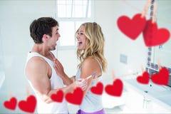 Positiven Schwangerschaftstest machende und feiernde Paare Lizenzfreie Stockfotos
