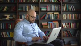 Positiver älterer Geschäftsmann, der zu Hause arbeitet stock video
