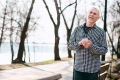 Positiver älterer Mann, welche an Musik Freude hat lizenzfreie stockbilder