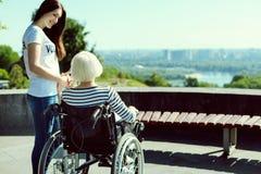 Positiver begeisterter Brunette, der mit ihrem Patienten spricht lizenzfreie stockfotos