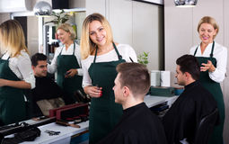 Positiver blonder Friseurumhüllungsjugendlicher Stockbild