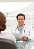 Positiver Doktor während einer Verabredung Stockfoto