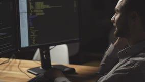 Positiver freiberuflich tätiger Programmierer, der am intelligenten Telefon spricht stock video