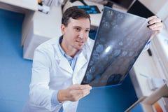 Positiver froher Doktor, der die Verbesserung sieht Stockfotografie