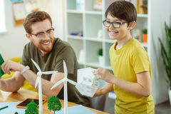Positiver kleiner Student, der an dem Lernen von Ökologie interessiert wird lizenzfreie stockfotos