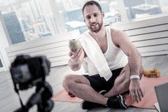 Positiver männlicher Blogger, der Gesundheitsvorsorge mach's gut ist Stockbilder