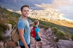 Positiver männlicher Student auf einer Naturlehrpfadwanderung stockfoto