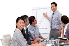 Positiver Manager, der eine Darstellung gibt Stockfoto