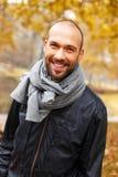 Positiver Mann von mittlerem Alter am Herbsttag Lizenzfreie Stockbilder