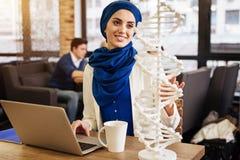 Positiver moslemischer Student, der Genetik lernt Lizenzfreie Stockfotografie