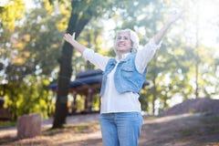 Positiver Pensionär, der Glück im Park ausdrückt lizenzfreies stockbild