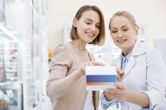 Positiver weiblicher Apotheker, welche Medikation rät stockbilder