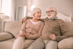 Positives begeistertes Paarausgabenwochenende zu Hause lizenzfreies stockfoto