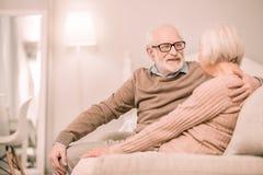 Positives begeistertes Paarausgabenwochenende zu Hause stockfoto