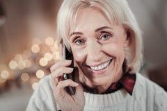 Positives begeistertes weibliches, Telefongespräch habend Stockfoto
