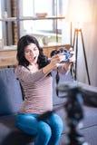 Positives Blinzeln der jungen Frau Stockfotografie