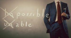 Positives denkendes Konzept handgeschrieben auf schwarzer Tafel mit Geschäftsmann stockfotos