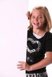 Positives freundliches glückliches 10 Einjahresmädchen mit Zeichen lizenzfreie stockbilder