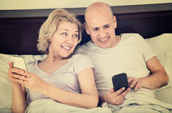 Positives frohes reifes Social Networking der Paare zusammen Lizenzfreie Stockbilder