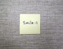 Positives gelbes Aufkleber Lächeln lizenzfreies stockfoto