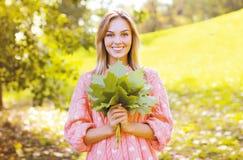 Positives hübsches Mädchen, das Spaß im sonnigen Herbst hat Stockbilder