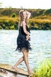 Positives heißes kaukasisches weibliches Tanzen auf Pier Outdoors Havi Lizenzfreie Stockfotografie