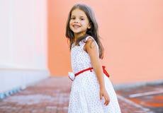 Positives Kind in der Stadt Stockfotografie