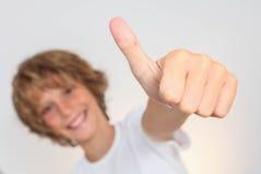 Positives Kind mit dem Daumen oben Stockbild