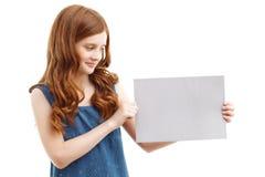 Positives kleines Mädchen, das Blatt Papier hält Lizenzfreies Stockbild