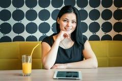 Positives Mädchen, das auf Kamera lächelt Lizenzfreie Stockfotografie