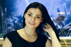 Positives Mädchen, das auf Kamera lächelt Stockfotografie