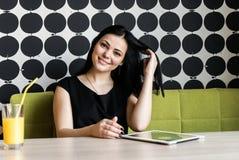 Positives Mädchen, das auf Kamera lächelt Stockbilder
