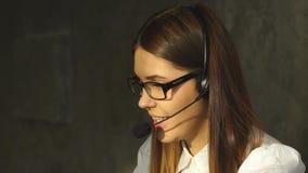 Positives Mädchen, das in dem Call-Center arbeitet stock video footage