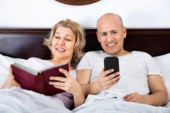 Positives nettes reifes der Paare Social Networking zusammen Stockfoto