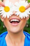 Positives Portrait mit Kamille Lizenzfreie Stockbilder