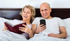 Positives reifes der Paare Social Networking zusammen Stockbilder