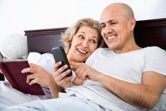 Positives reifes der Paare Social Networking zusammen Stockbild