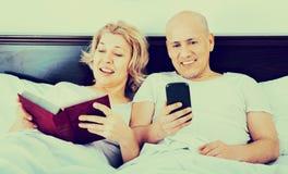 Positives reifes der Paare Social Networking zusammen Lizenzfreies Stockfoto