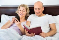 Positives reifes der Paare Social Networking zusammen Lizenzfreie Stockfotografie